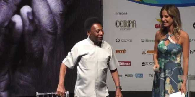 Pelé usa andador durante evento do Cariocão